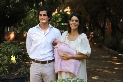 Fernando Fitz-James Stuart y Sofía Palazuelo presentan a su hija Rosario, en el hospital Nuestra Señora del Rosario (Madrid) a 13 de septiembre de 2020.