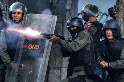 La Guardia Nacional Bolivariana dispara contra manifestantes de la oposición al régimen de Maduro.