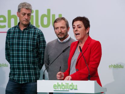 Los diputados de EH Bildu, Mertxe Aizpurua (d), y Oskar Matute (i), junto al alcalde de Tafalla (Navarra), Jesús Arrizubieta.