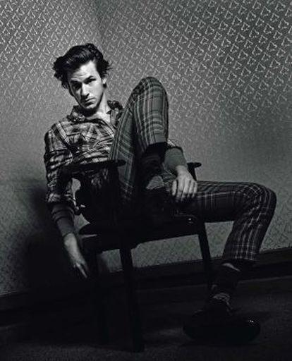 Un hombre sin miedo a nada se atreve incluso a combinar distintos tejidos a cuadros. Aquí gaspard lleva camisa Guess. camiseta y zapatos Dolce & Gabbana, pantalón Valentino y calcetines Falke