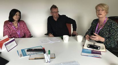 Usha Goswami, Geoff Stead y Rose Luckin durante su entrevista con EL PAÍS.