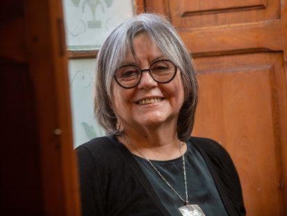 Retrato de la novelista chilena Diamela Eltit durante la tarde de hoy sábado 28 de agosto en dependencias de su casa en la comuna de Ñuñoa.