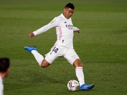 Casemiro golpea el balón durante el partido contra la Real en Valdebebas.