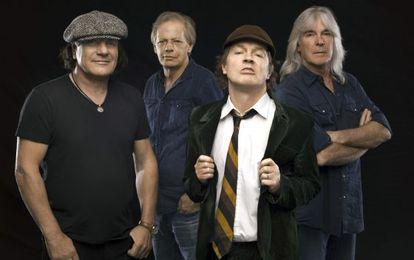 Foto de promoción de AC/DC con el cantante Brian Johnson a la izquierda y Angus Young con su característico uniforme colegial.