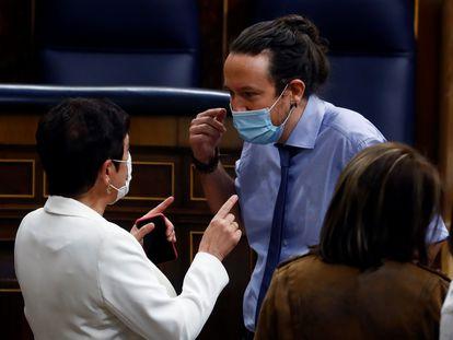 El vicepresidente Pablo Iglesias charla en el Congreso con la portavoz de EH Bildu, Mertxe Aizpurua.