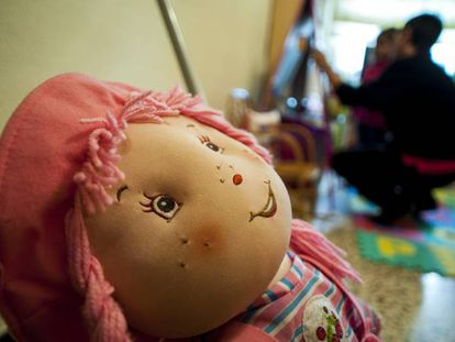 Una muñeca en la habitación de una niña.
