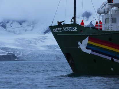 Llegada del Arctic Sunrise a la isla Elefante en la Antártida