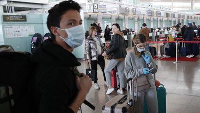 Viajeros en el aeropuerto de El Prat-Barcelona.