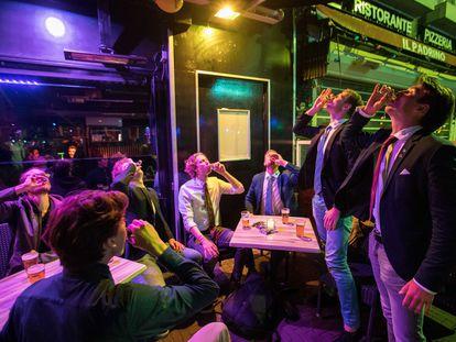 Un grupo de jóvenes disfruta de varias bebidas alcohólicas tras la apertura de locales en los Países Bajos, hace dos semanas.