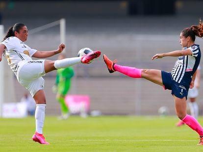 Marylin Díaz (izquierda) disputa el balón con Desirée Monsiváis, en un partido entre Pumas y Rayadas, en agosto.