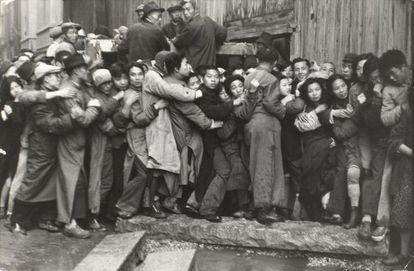 Multitud esperando delante de un banco para sacar el oro.