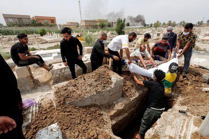 Entierro en un cementerio de Bagdad de una de las víctimas del incendio del hospital, este domingo.