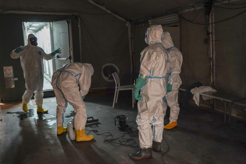 Militares de la UME desinfectan las duchas del albergue de Ifema este miércoles