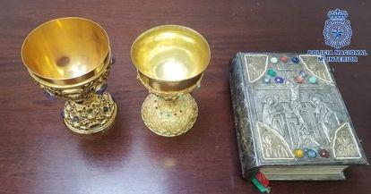 La Biblia y los dos cálices robados hace seis años de una parroquia del distrito madrileño de Hortaleza.