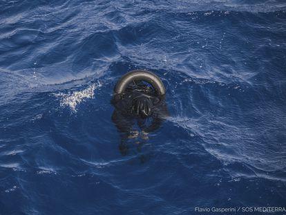 El cuerpo sin vida de un migrante flota tras un naufragio en el Mediterráneo Central el 21 de abril de 2021.