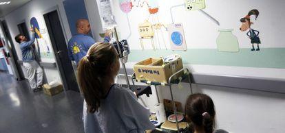 Dos niñas admiran los murales del hospital Puerta de Hierro.
