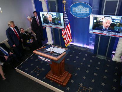 Donald Trump, durante la exhibición de un vídeo promocional de su gestión este lunes en la Casa Blanca.