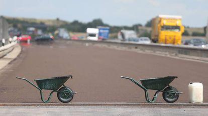 Dos carretillas señalizan las obras de reparación de la autopista A14 a su paso por Tornau (Halle).