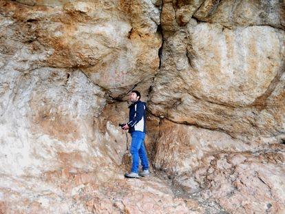 Un arqueólogo observa las pinturas rupestres de la gruta de Los Machos.