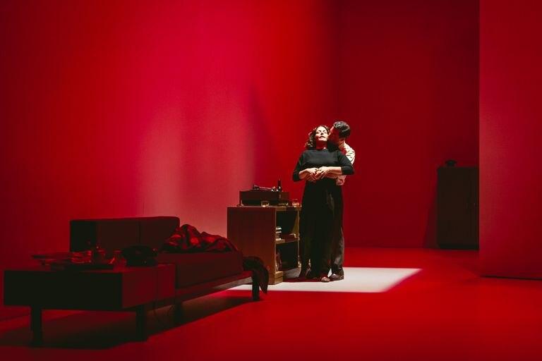 Una escena de 'El quadern daurat', en el Teatro Lliure, con Nora Navas como protagonista y dirigida por Carlota Subirós.