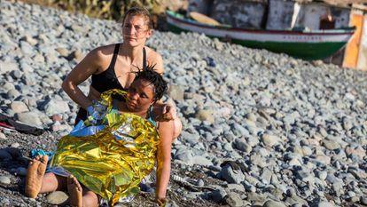 Una inmigrante es atendida por una bañista tras llegar en patera a la playa del Águila (Gran Canaria). En vídeo, varios de los inmigrantes son atendidos por Cruz Roja.