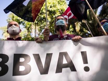 Varias personas se concentran contra el ERE de BBVA, en el paseo de Recoletos de Madrid, el pasado lunes.