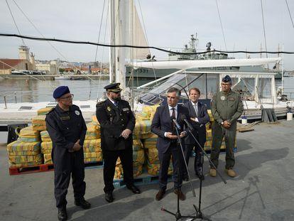 Responsables de la policía portuguesa y española, el lunes, ante los fardos de cocaína incautados en el velero.