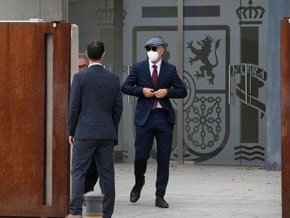 Uno de los mossos acusados de encubrimiento abandona la Audiencia Nacional tras declarar en el juicio.