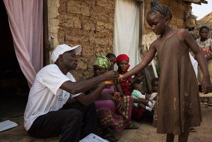Un empleado sanitario formado por The Carter Center distribuye la dosis anual de medicamentos contra la filariasis linfática en un estado de Nigeria.
