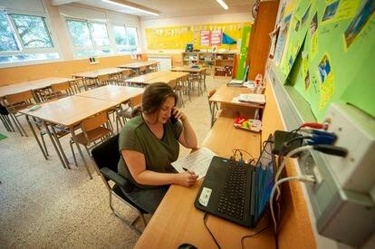 Eva Hernández, tutora de la escuela Mestre Morera, llama a las familias de sus alumnos para organizar tutorías.