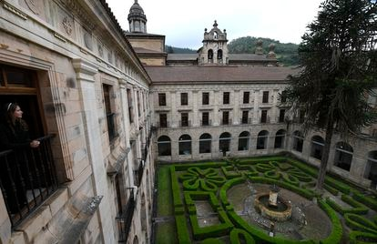 El claustro noble del monasterio de Corias, que conserva un jardín de boj y una araucaria centenaria traída de Chile.