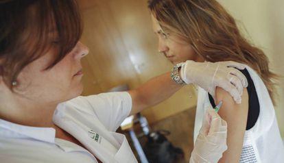 Carola es vacunada en el Clínic antes de irse de vacaciones a Malasia.