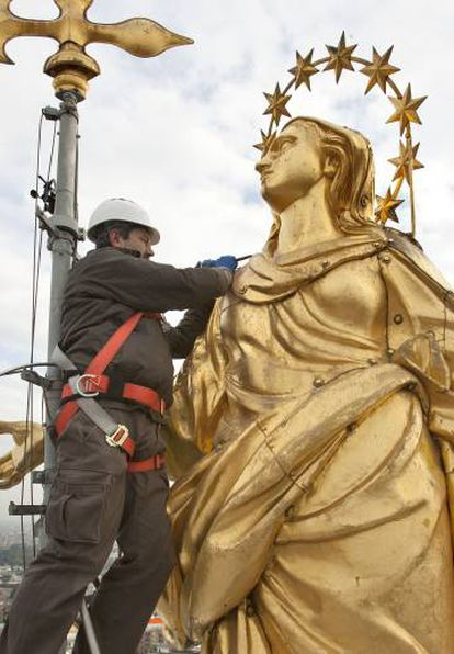 Franco Blumer trabaja en la restauración de la 'Madonnina' del Duomo de Milán.