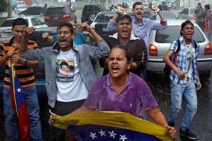 Un grupo de venezolanos protesta en San Cristóbal.