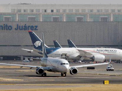 Un B-787 y un B-737 de Aeroméxico, en el aeropuerto de la Ciudad de México.