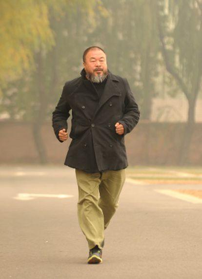 El artista chino Ai Weiwei hace un poco de ejercicio en un parque de Pekín el pasado 16 de noviembre.