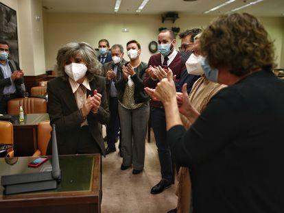 La diputada socialista y exministra de Sanidad María Luisa Carcedo (a la izquierda) es aplaudida en la Comisión de Justicia en el Congreso tras aprobar el dictamen del proyecto de ley de la eutanasia.