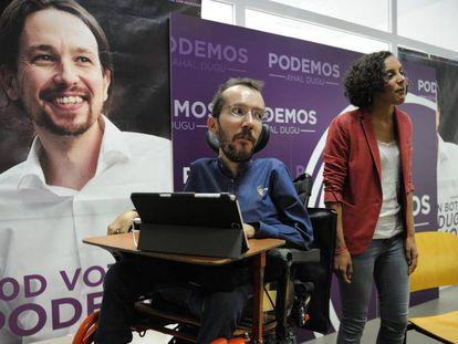 Pablo Echenique y Nagua Alba, líder de Podemos en Euskadi, el pasado lunes en Vitoria.