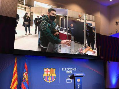 Messi, el pasado domingo, votando en el Camp Nou.