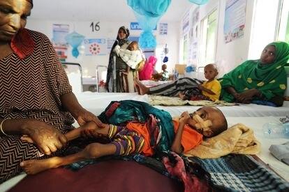 Nabhan Ismail, de año y medio de edad, es consolado por su abuela Ardo Mohamoud en un Centro de Estabilización dirigido por la Media Luna Roja de Somalilandia y Unicef donde se le trata de diarrea acuosa aguda y desnutrición