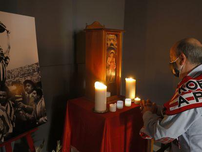 Un aficionado del Athletic, frente al altar de Gainza y San Mamés.