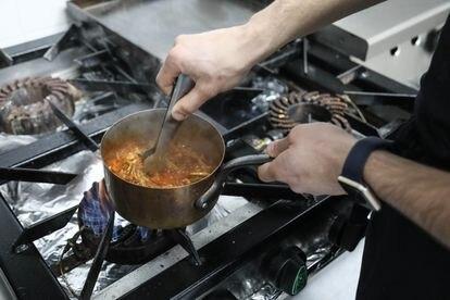 Juan Beltrán prepara la carne del entrante de FoodCraft de tacos de cochinita pibil.