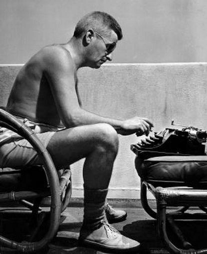 Faulkner escribiendo un guion para la Warner Bros