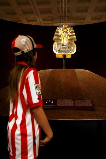 Una visitante en la muestra dedicada a Tutankamon.