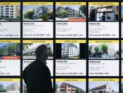 Un hombre mira las ofertas de un stand en una edición pasada de la feria inmobiliaria de Madrid.