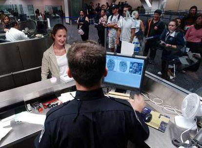 Un funcionario toma las huellas dactilares de una mujer en el aeropuerto de San Francisco en 2003.