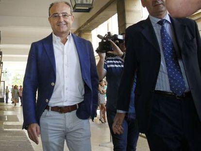 El exconsejero Martin Soler (izquierda), a su llegada a los juzgados.
