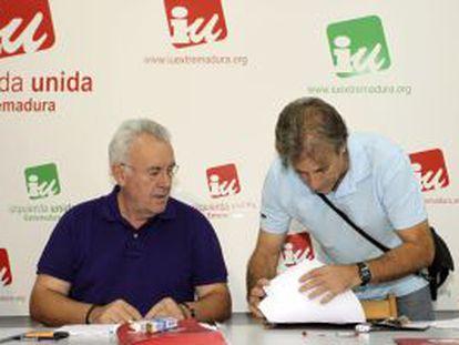 Cayo Lara (izquierda) y Pedro Escobar, en la reunión mantenida en Mérida el 18 de junio.