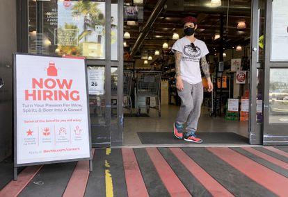 Un cartel anuncia, el pasado viernes, nuevas contrataciones en una tienda de vino en Larkspur (California).