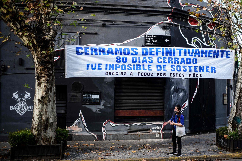 Un local cerrado por la pandemia en Buenos Aires exhibe un cartel de protesta, el 17 de junio de 2020.